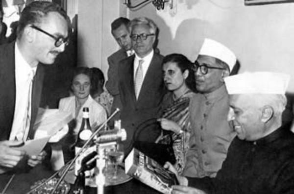 Roma, 8 luglio 1955. Giangiacomo Feltrinelli presenta a Jawaharlal Nehru l'edizione italiana della sua