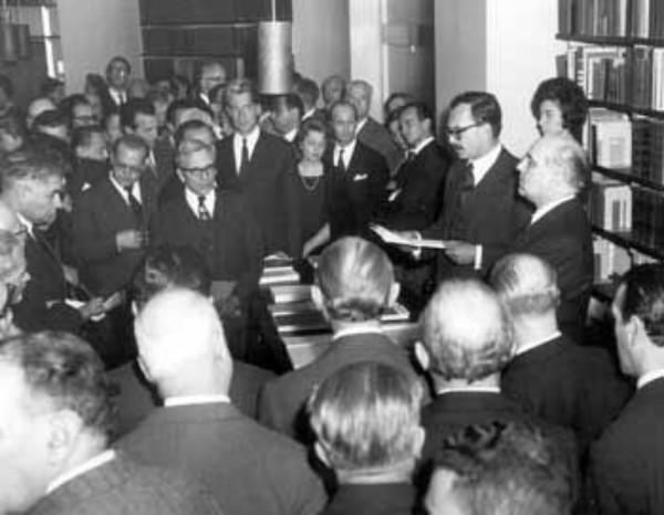 1961: Inaugurazione della Biblioteca dell'Istituto Giangiacomo Feltrinelli. L'Istituto - che nel 1974 diventerà Fondazione.