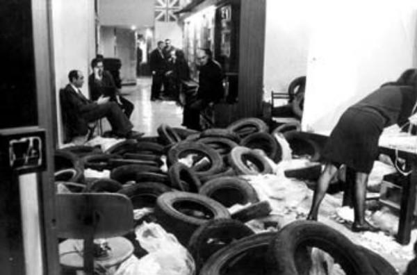 Happening con installazione artistica alla Feltrinelli di via Babuino a Roma, 1965.