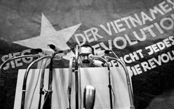 Comizio alla manifestazione contro la guerra nel Vietnam, Berlino 1968.